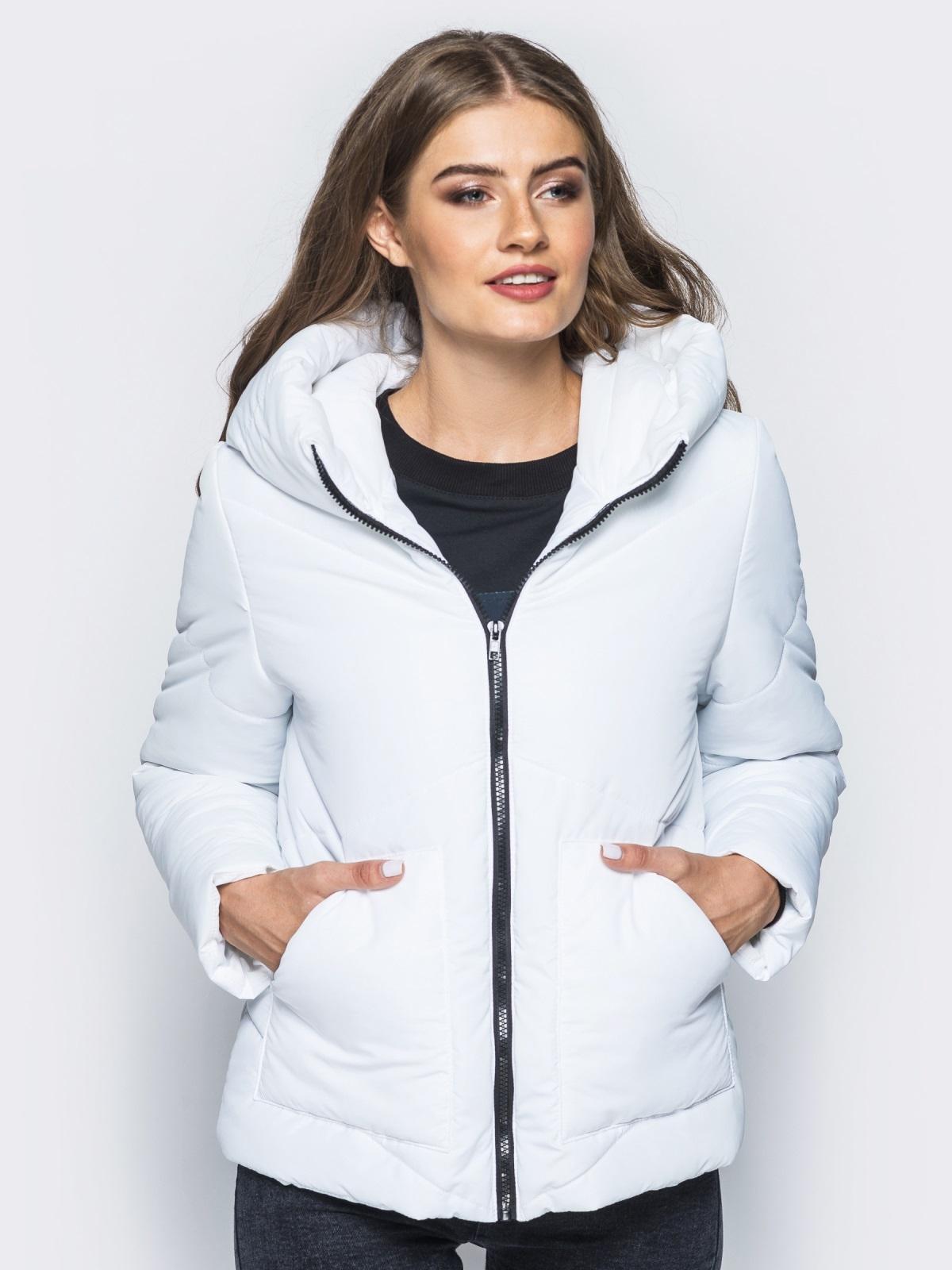 Стёганая куртка с капюшоном и объемными карманами белая 14699, фото 1