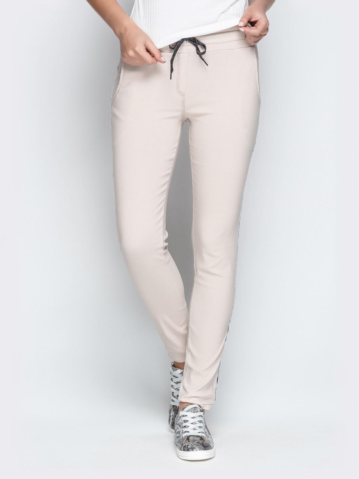 Бежевые брюки с резинкой по талии и контрастными лампасами 21064, фото 1