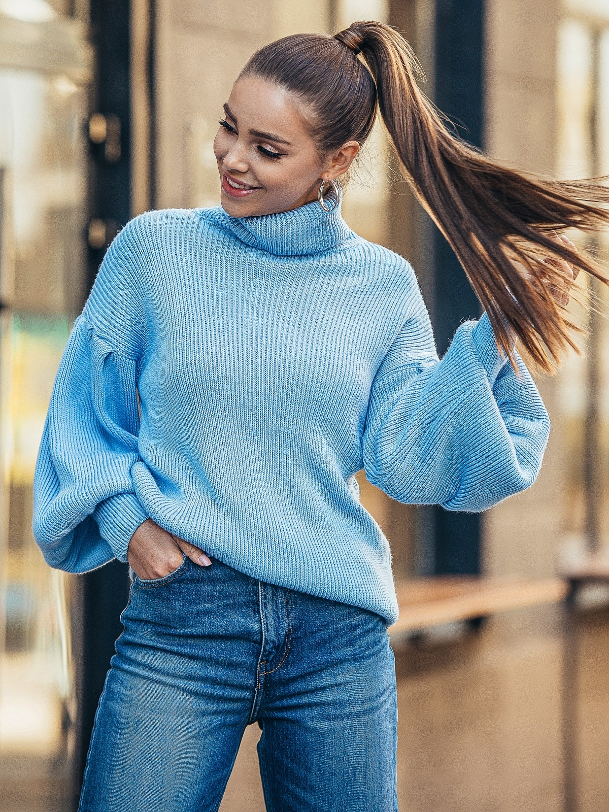Голубой свитер с объемными рукавами и высоким воротником 50376, фото 1