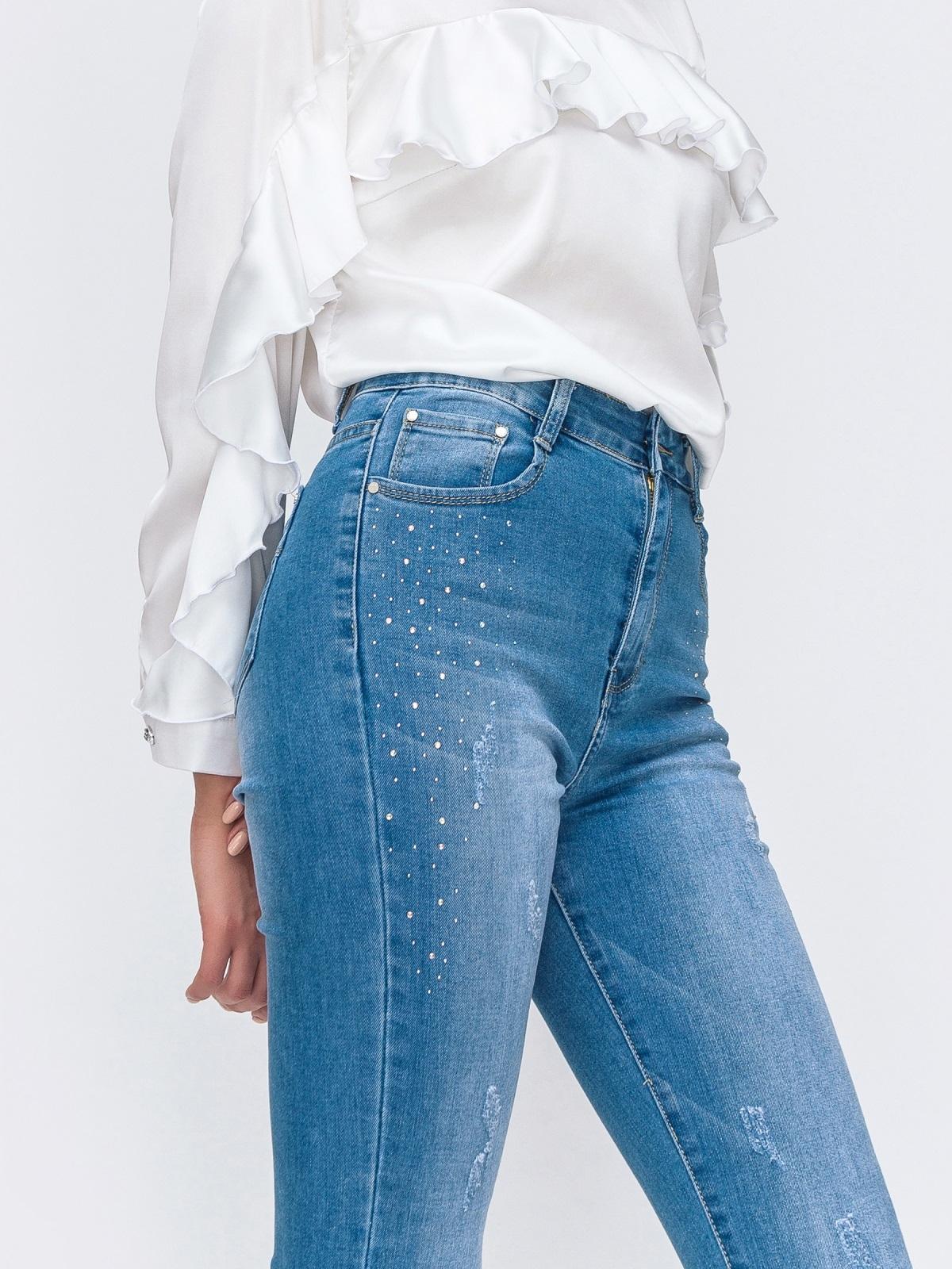 Голубые джинсы с рваным низом и мерцающими стразами 49419, фото 1