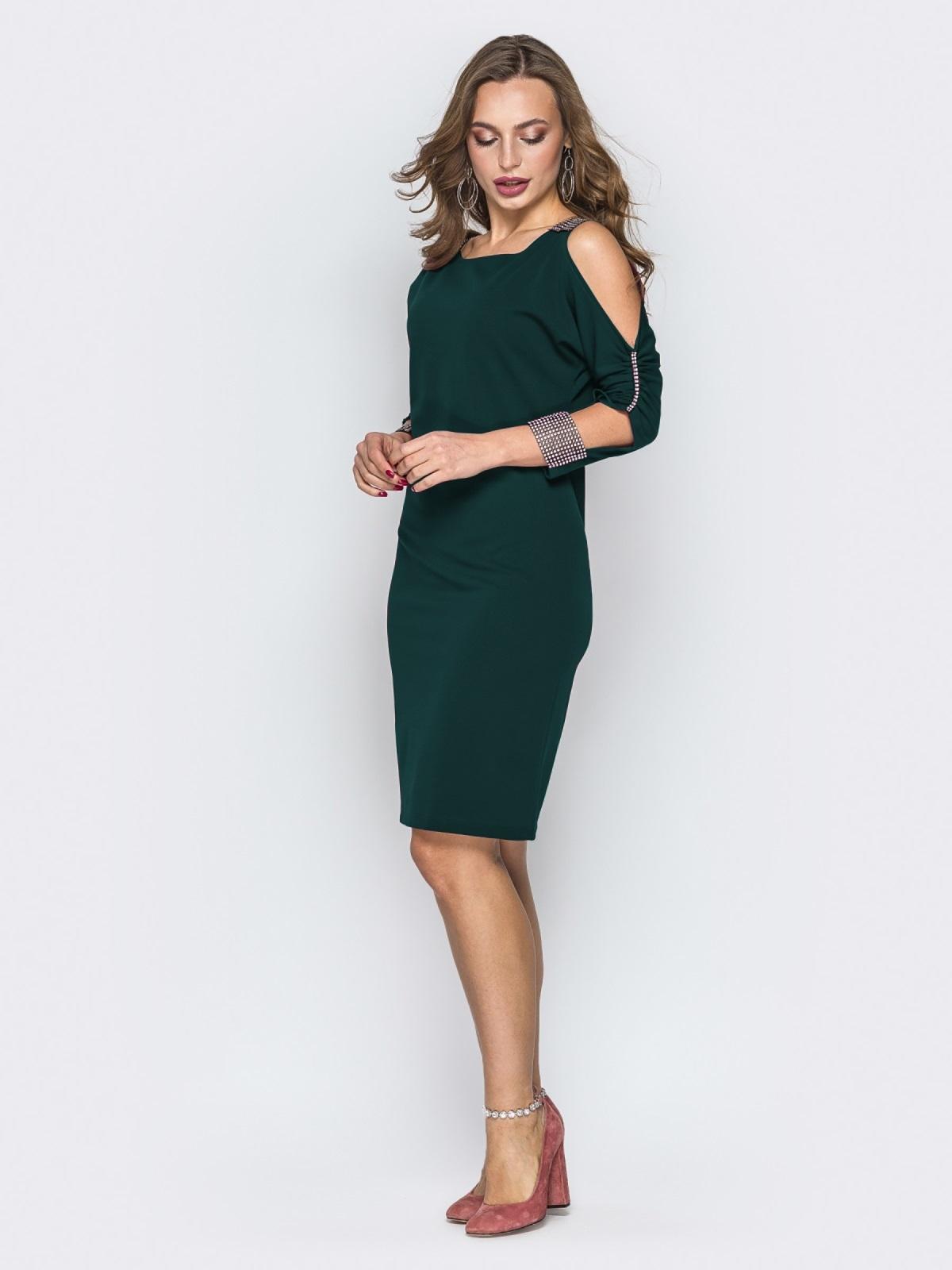 Зеленое платье со стразами и вырезами на рукавах 44032, фото 1