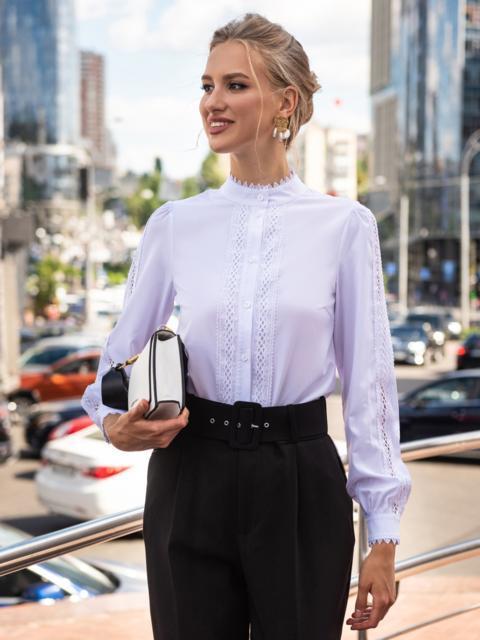 Белая блузка с воротником-стойкой и кружевными вставками 49762, фото 1