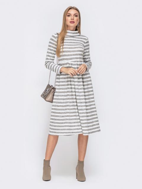 Приталенное платье в полоску с воротником-стойкой юбкой серое 40359, фото 1