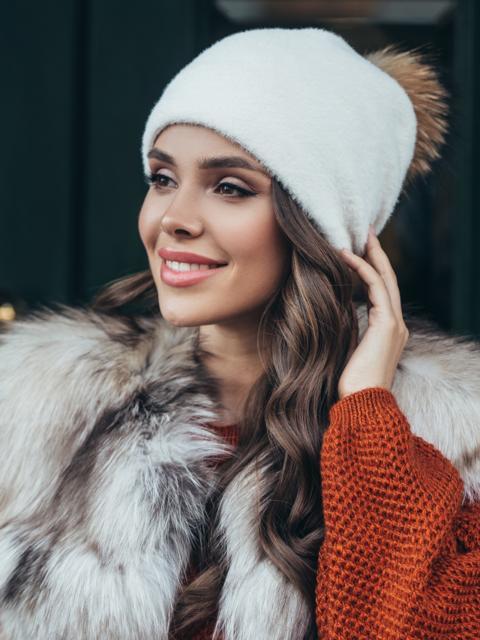Белая шапка с помпоном и флисовой подкладкой 51107, фото 1