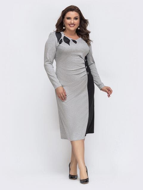 Серое платье с контрастными вставками на полочке 43235, фото 1