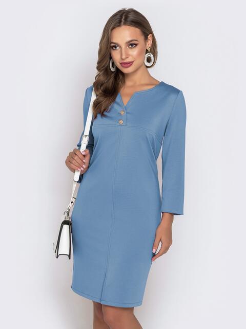 Платье приталенного кроя с V-вырезом голубого цвета 49777, фото 1
