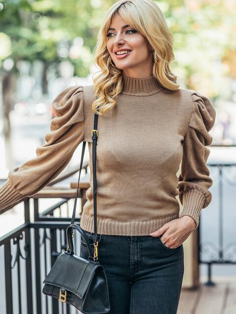 Бежевый вязаный свитер с воротником и складами на рукавах 50404, фото 1