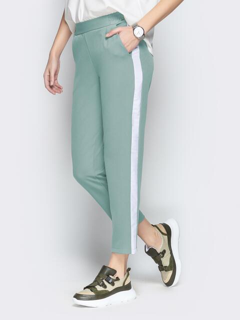 Мятные укороченные брюки с карманами и контрастными лампасами 49738, фото 1