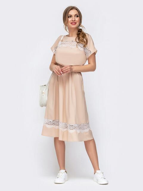 Приталенное платье с кружевными вставками бежевое 46676, фото 1