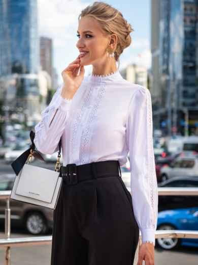 Белая блузка с воротником-стойкой и кружевными вставками 49762, фото 2