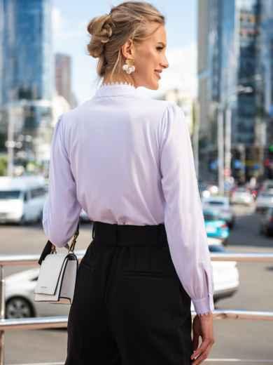 Белая блузка с воротником-стойкой и кружевными вставками 49762, фото 3