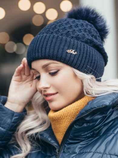 Зимняя шапка-бини с бубоном из натурального меха тёмно-синяя 51116, фото 1