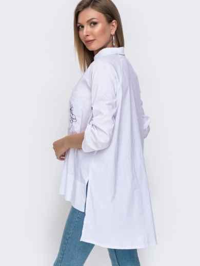 Белая рубашка с вышивкой на карманах и удлиненной спинкой 49460, фото 2