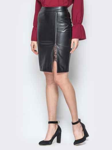 Чёрная юбка-карандаш из эко-кожи с гипюром 19630, фото 2