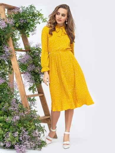 Горчичное платье в горох с воротником-аскот и юбкой-плиссе 44830, фото 1
