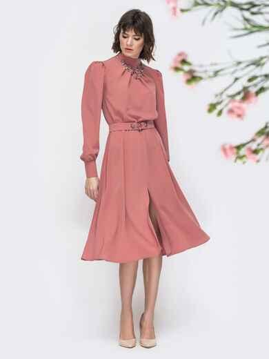 Розовое платье с воротником стойкой и разрезом спереди 45087, фото 1