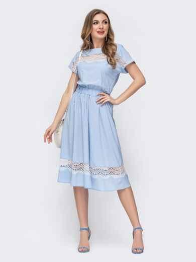 Приталенное платье с кружевными вставками голубое 46674, фото 1