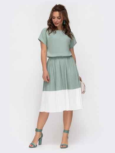 Зеленое платье с напуском по талии и юбкой-плиссе 46681, фото 1