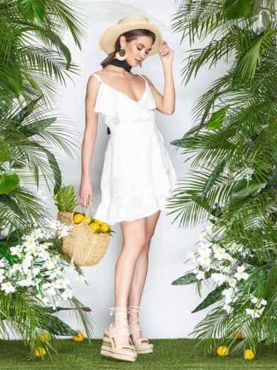 Белое платье на тонких бретелях с запахом и оборками 22070, фото 2