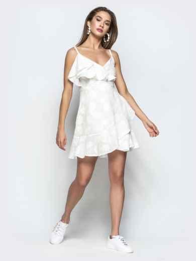 Белое платье на тонких бретелях с запахом и оборками 22070, фото 3