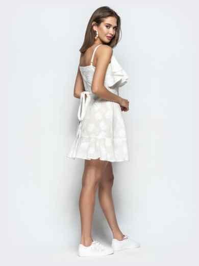 Белое платье на тонких бретелях с запахом и оборками 22070, фото 5