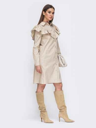 Платье-рубашка бежевого цвета с воланом на кокетке 44784, фото 2