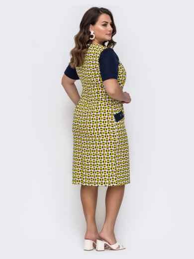 Приталенное платье батал с принтом и контрастными рукавами желтое 49685, фото 2