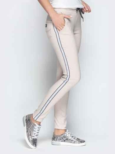 Бежевые брюки с резинкой по талии и контрастными лампасами 21064, фото 2