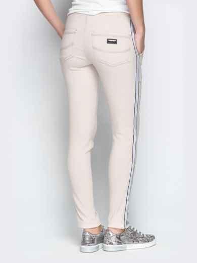 Бежевые брюки с резинкой по талии и контрастными лампасами 21064, фото 3