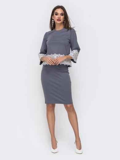Серый комплект из юбки и кофты с кружевом по низу 42624, фото 3