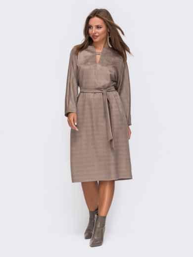 Коричневое платье из замши в клетку с фигурным вырезом - 50823, фото 1 – интернет-магазин Dressa