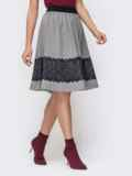 Расклешенная юбка серого цвета с кружевной вставкой 41446, фото 2