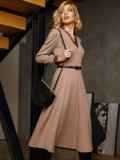 Бежевое платье с треугольным вырезом и расклешенной юбкой 52665, фото 2