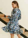 Принтованное платье из шифона с запахом и воланом по низу голубое 53104, фото 6